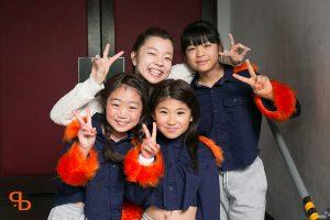 ドットカラーダンスの発表会で集合写真を撮るあずさの小学生ヒップホップクラス